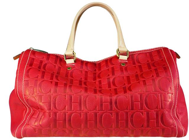 Impresionante es el bolso de color rojo, perfecto para dar un toque de color a tu look, y el azul oscuro, ideal para vaqueros.