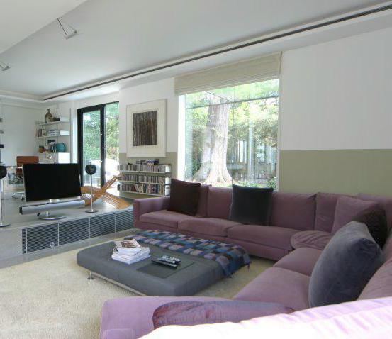 couleur mur et sol autour de canap prune. Black Bedroom Furniture Sets. Home Design Ideas