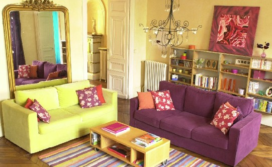 Chambre Marron Glacé : Couleur mur et sol autour de canapé prune